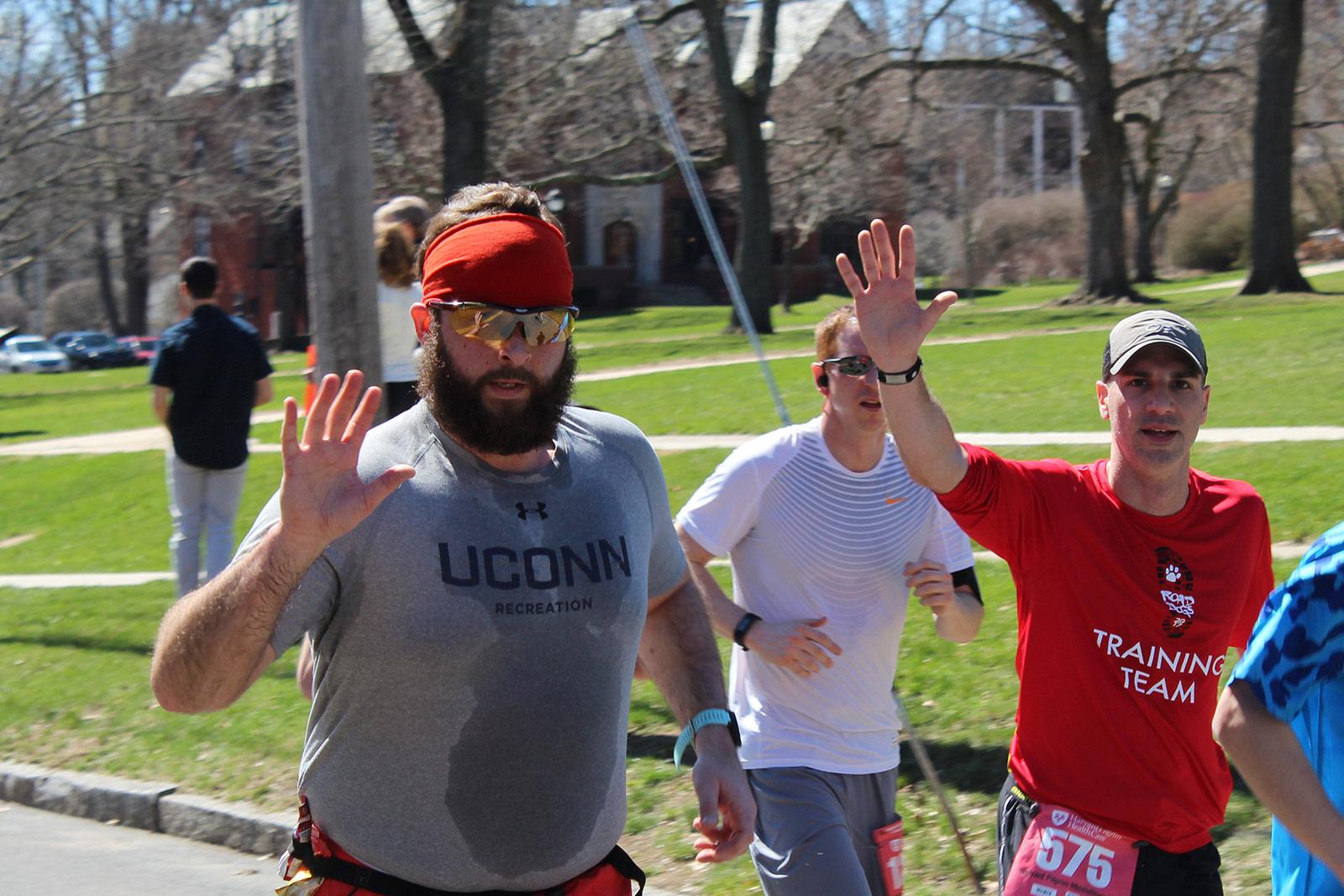 runners waving